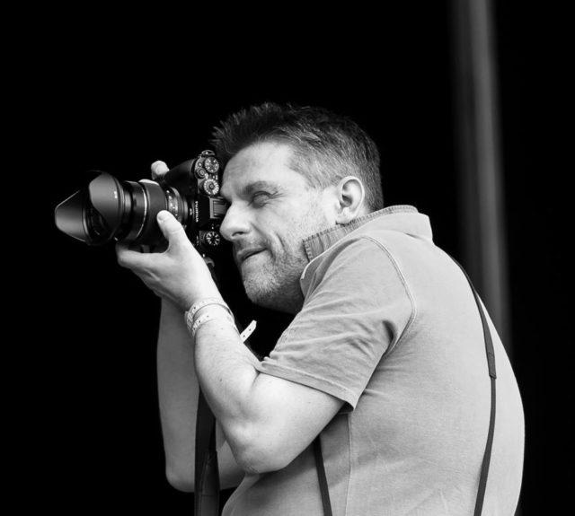 Der Konzertfotograf Tilman Jentzsch im Einsatz.